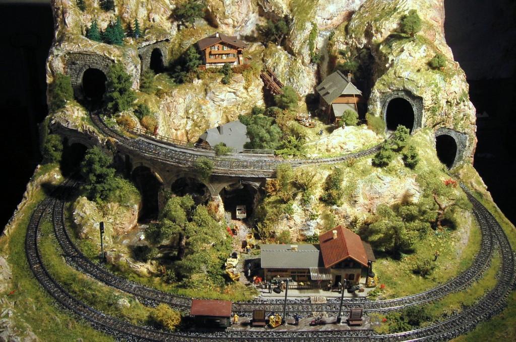 Modellbahn Berg-Landschaft mit Tunneln